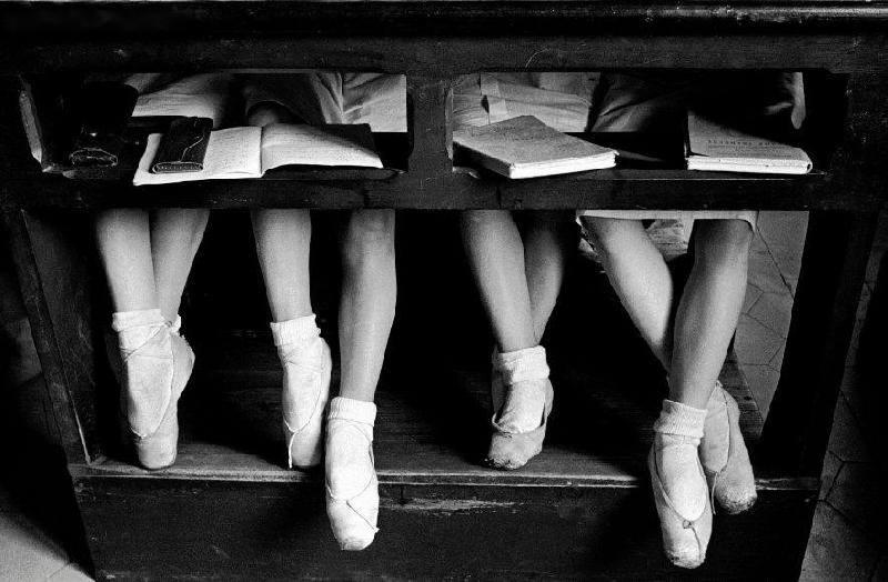 alfred-eisenstaedt-1934-detalle-de-las-piernas-de-jovenes-bailarinas-en-la-ecuela-de-ballet-de-la-scala